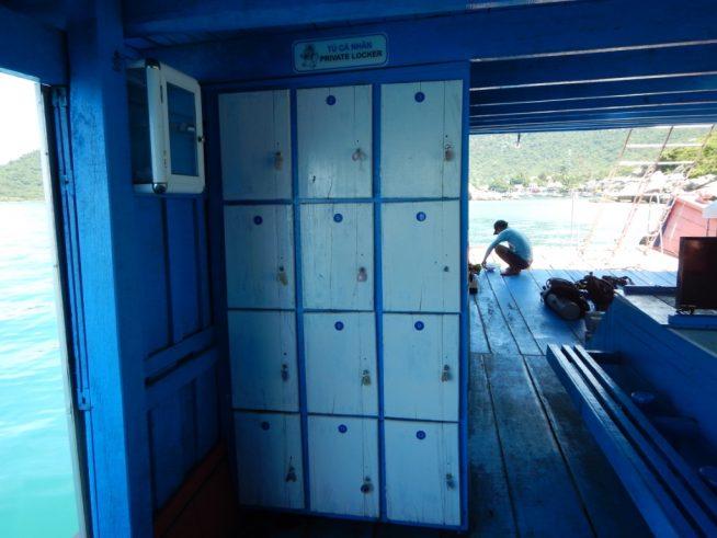 備え付けのロッカーと更衣室