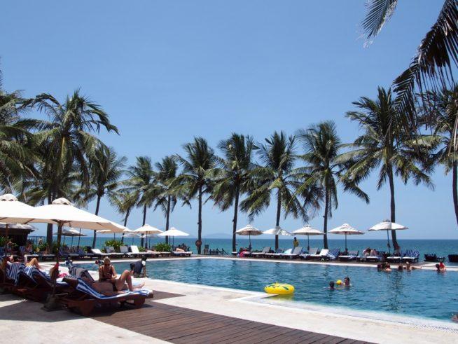 広いプールとたくさんのビーチパラソルがリゾート感を醸し出しています。
