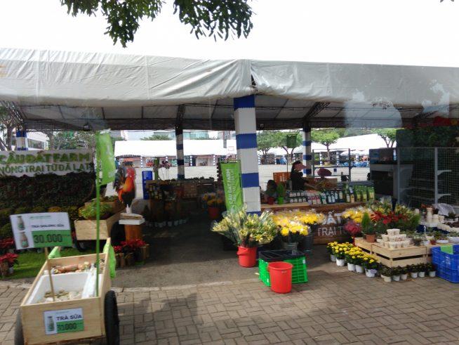 花や食品が売っている露店