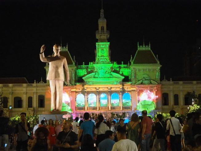 ホーチミンさんの像と人民委員会庁舎