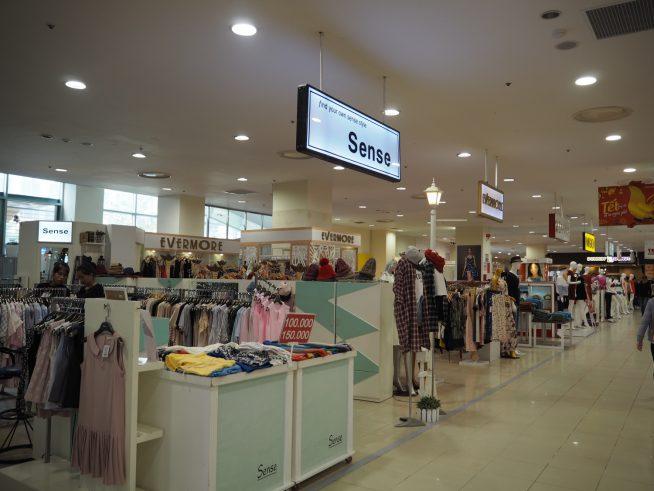 子どもから大人までたくさんのファッションショップが並んでいます。 2階にはおもちゃ屋や本屋もあります。