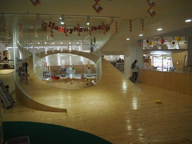 木目調のきれいなキッズカフェ。砂場や絵を描く場、ボールのプール等遊びのコーナーがたくさんあります。空いているので静かにゆっくり遊べそうです。 他にゲームセンターもありました。