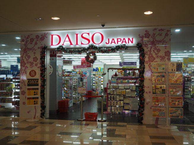DAISO等日本の100円ショップや韓国系の100円ショップも数店舗できました。