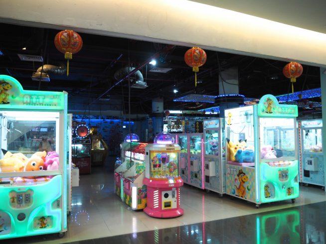 ゲームセンターにはUFOキャッチャー等のゲームがたくさんあります。