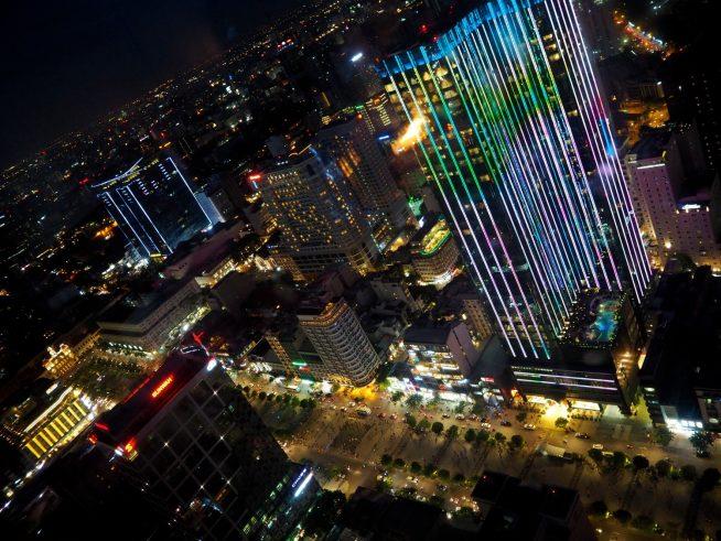 ライトアップされていく市内。