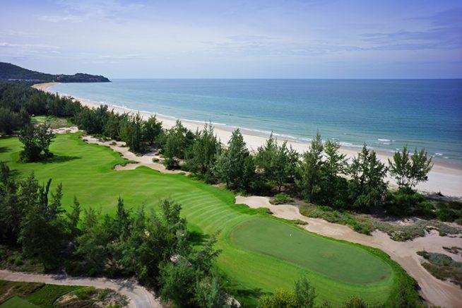 ニックファルド設計の山と海の景観が素晴らしいゴルフ場