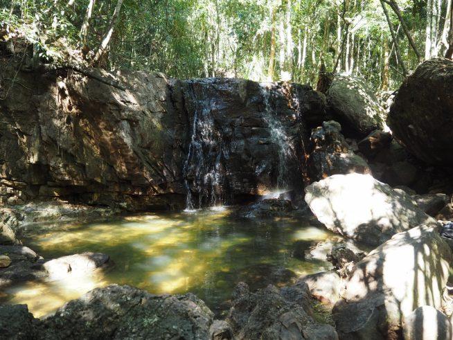 滝に到着。水量は少ないですが、水はとてもきれいで、泳いでいる観光客の姿もありました。