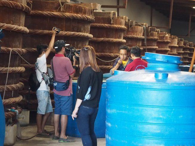ベトナムのテレビ局でしょうか。工場内で収録をしていました。