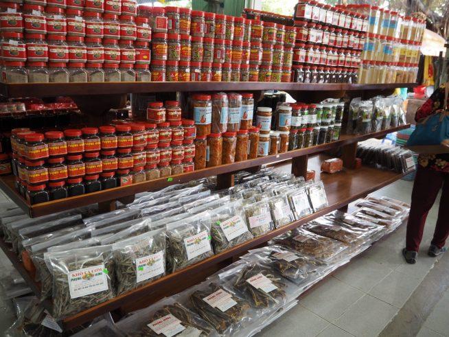 ヌックマムだけでなく、色々なお土産が売っています。