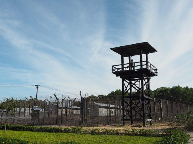 鉄線で囲われた収容所。