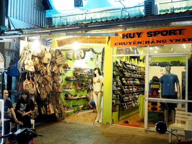 アジアの雰囲気が感じられるバックやサンダルのお店。