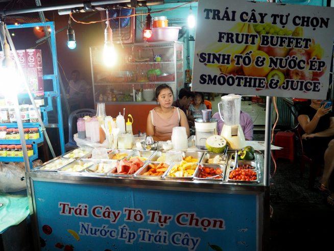 フルーツのお店。新鮮な果物をスムージーやジュースにしたり、フルーツのままでも購入できます。