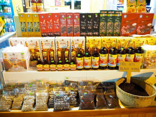 シムの実のワインや胡椒等フーコックの特産品もたくさん並んでいます。