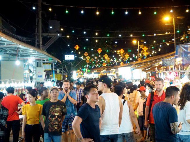 ベトナム人・外国人観光客で賑わっていました。