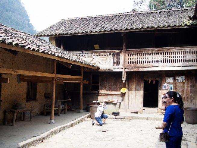 ロの字型の木造建築