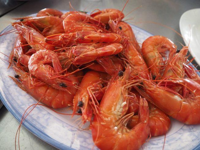 肉厚でプリプリの海老は素材の味を生かしてボイルに。