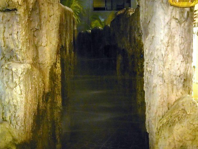 左右の壁から水が勢い良くでてくる通路