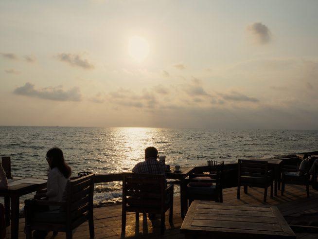 夕日を眺めながら、食事を楽しめます。
