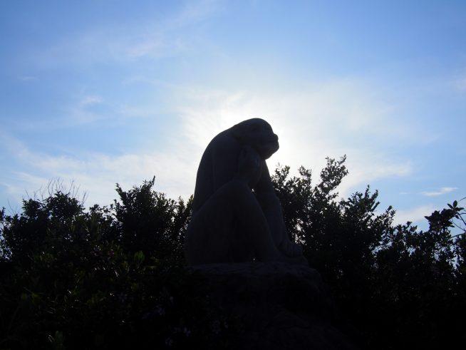 猿の像が目印
