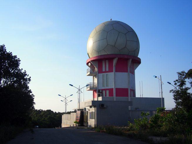 赤と白のレーダー塔を過ぎたら飛行場です