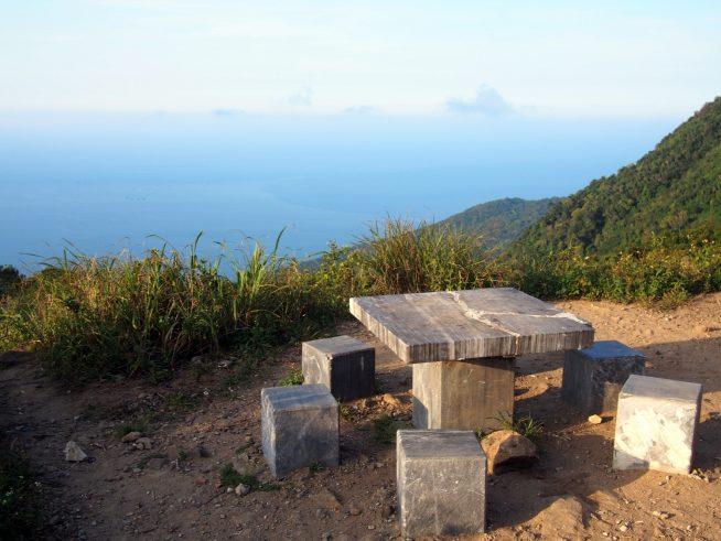 海を見下ろすベンチで一休み