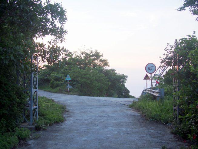 朽ちたゲートの先に三叉路
