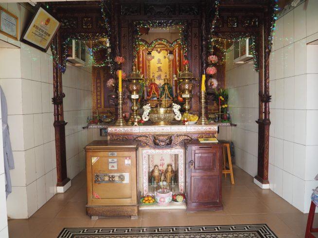 寺院の中はきらびやかでした