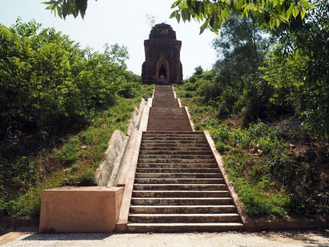 遺跡へは長い階段を上っていきます