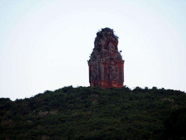 山の上に建つ金塔
