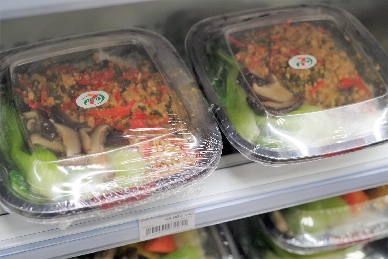 炒めたひき肉ときのこのチャーハン45,000ドン。野菜も添えられていて色のバランスが良く、美味しそうです。