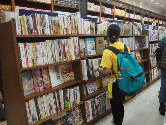 料理本や手芸など生活に役立つ本が並ぶ棚