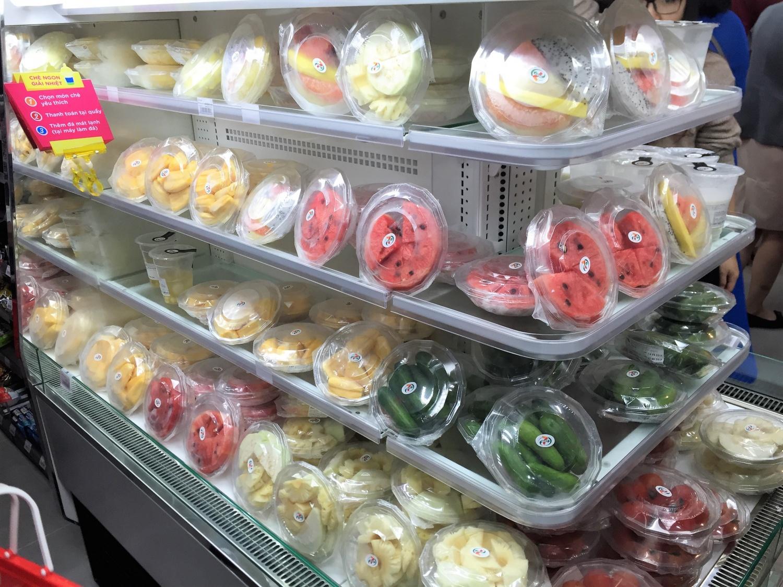 冷蔵コーナーにはいろいろな種類のフルーツのパック