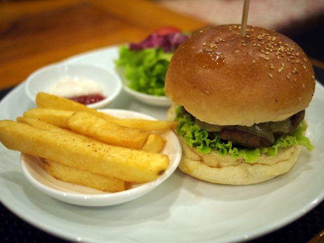オーソドックスな自家製ハンバーガー
