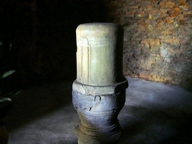 塔の中に奉られているリンガ