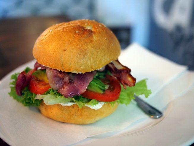 ヘルシーで見た目もきれいなハンバーガー