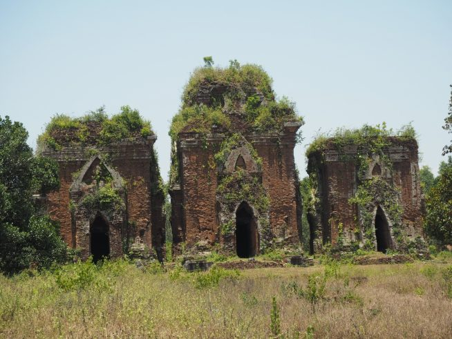 広い敷地内に三つの大きな塔