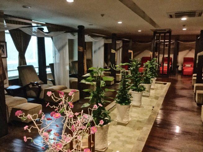 ハスの花を基調とした優雅な施術ルーム。室内には心地よいアロマの香りを感じられる。