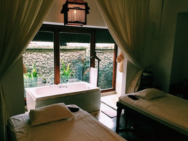 隠れリゾート風の落ち着いた部屋。個室も多数用意されているので、大切な人と二人きりで施術を受けたい方にも◎