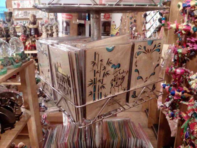 木彫りのケースに入ったポストカード。ベトナムらしいデザインはお土産にもぴったり。