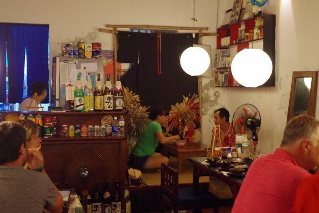 暖かみのある店内が特徴的な侍食堂の店内。お馴染みの日本食がいただける。