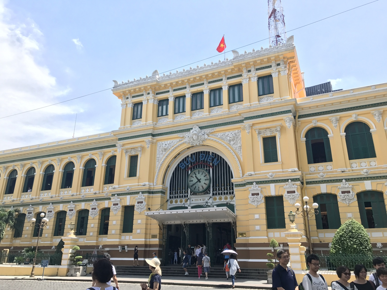 今も使われている中央郵便局。その場で手紙を書いて出すこともできます。