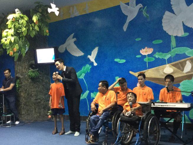 白鳩の部屋で枯れ葉剤被害者が歌を披露する様子。戦争証跡博物館のキッズルームから、世界の子供に平和教育を推進していくという想いが詰まっている。