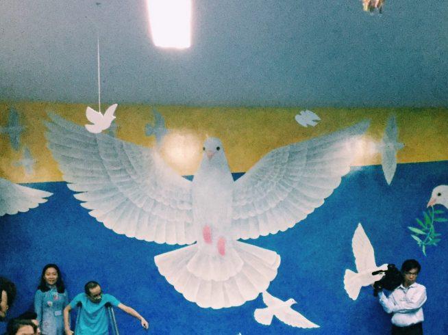 平和の象徴である鳩。戦争の悲惨さと二度とこのようなことを起こさない願いを込めて壁画は完成された。