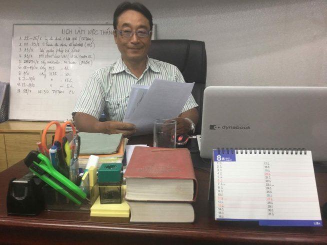 古居秀明さん、会社のデスクで