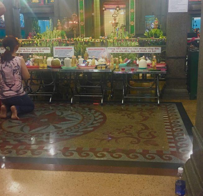 多くの人が跪いてお祈りをしていました。奥にはマリアマンの像が飾られています。