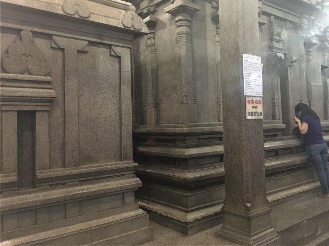 人々が祈る壁は約100年の歴史を持ちます。
