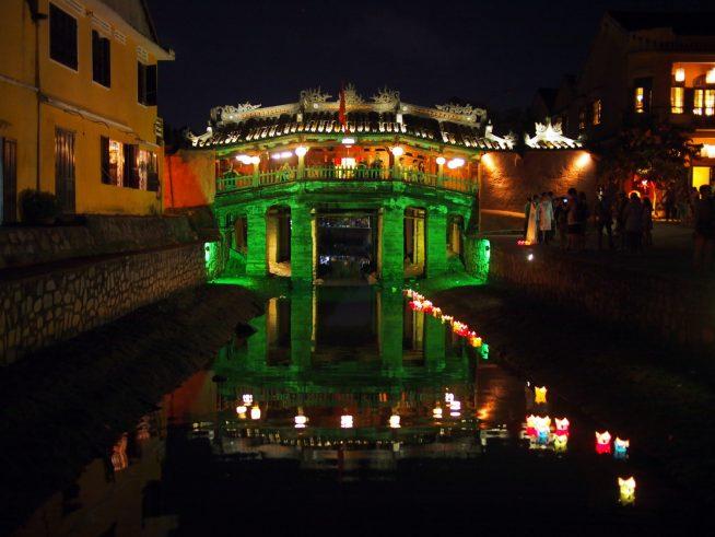 夜にはライトアップされて水面に映る日本橋もとても美しいです