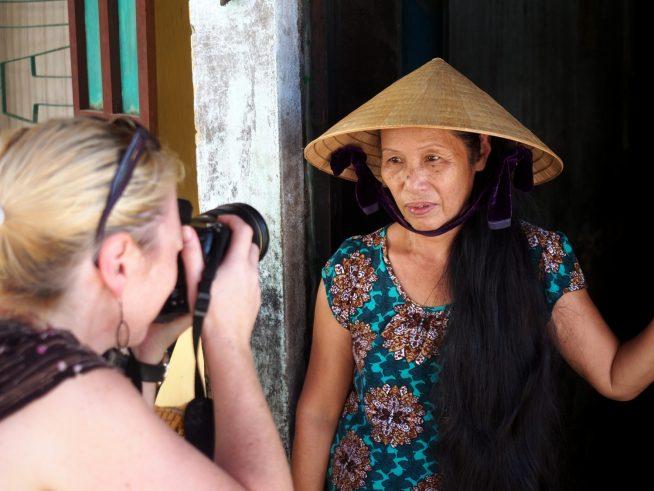 ベトナム人の写真を撮影している様子