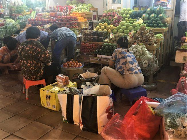 南国フルーツの並ぶ青果店