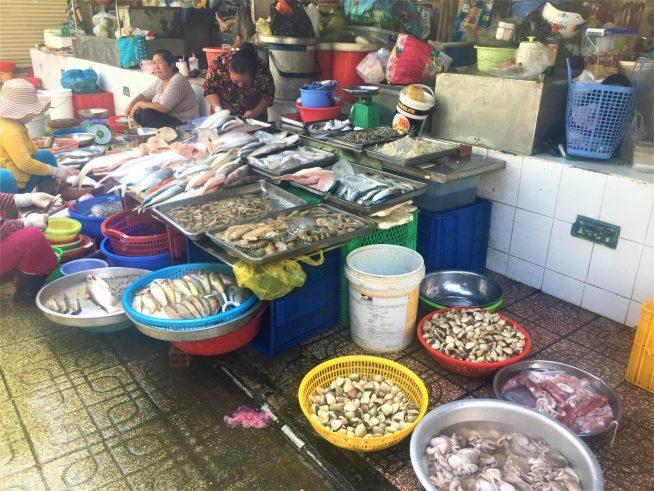 いろんな種類の並ぶ魚屋